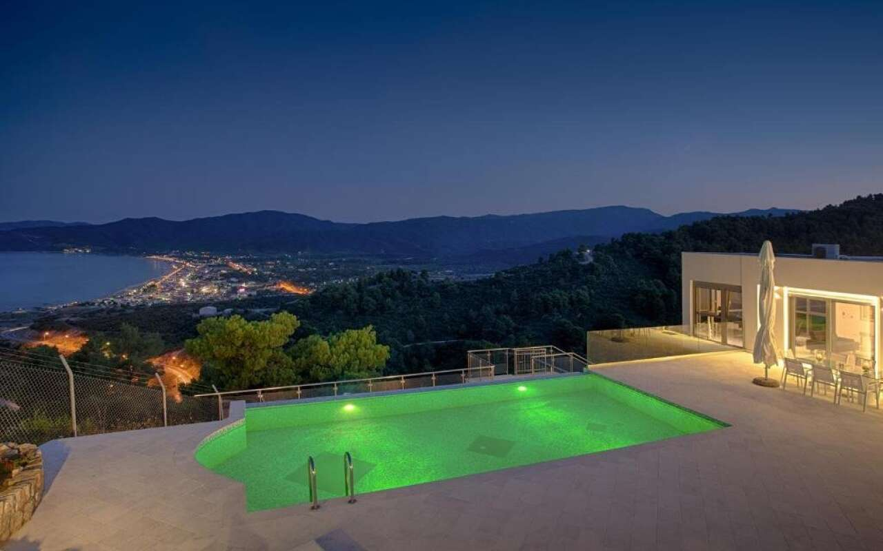 White Pearl Villa, Sarti