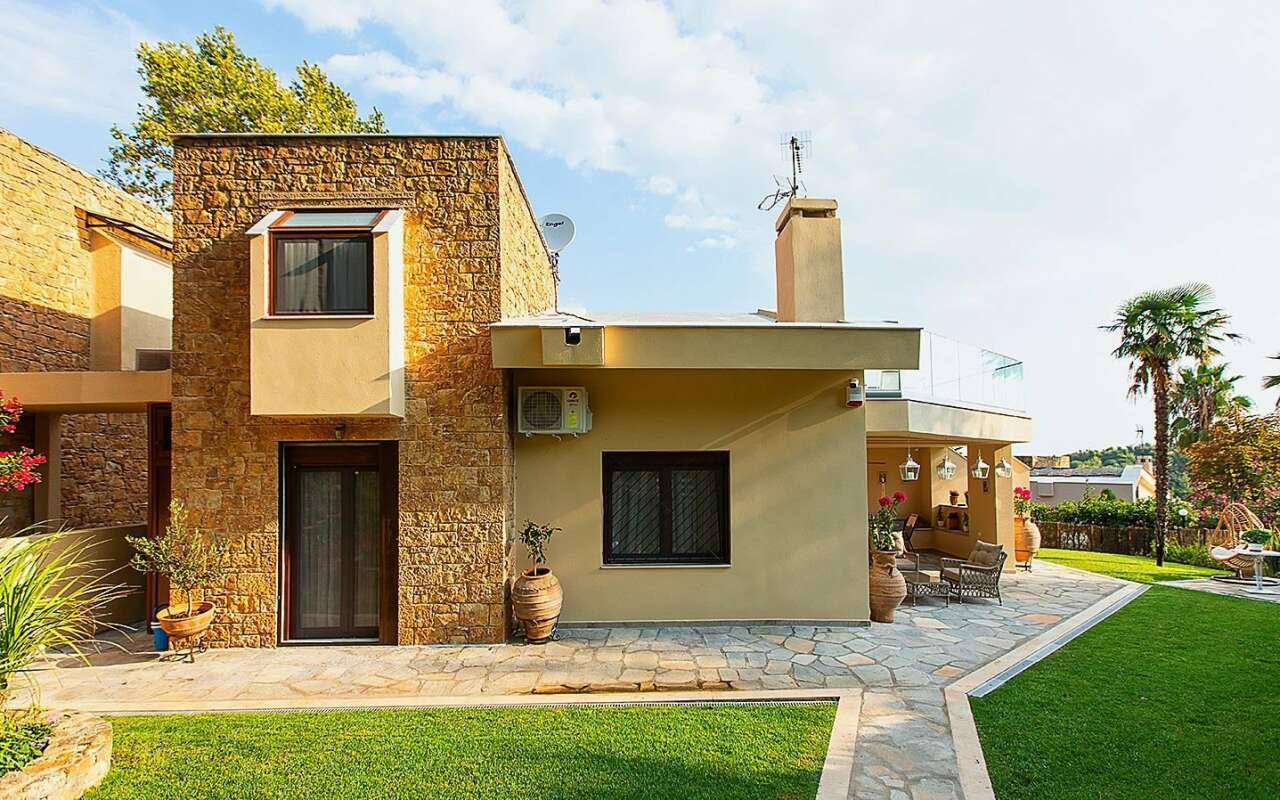 Artemisia Villa, Sani